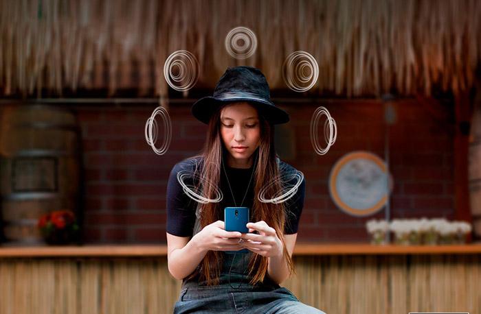 Chica escuchando musica a través del LG K40